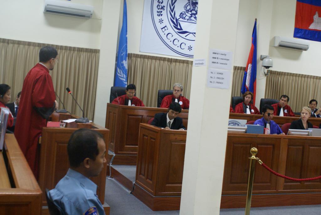 Photos of juges si geant au tribunal chambres for Chambre commerciale 13 novembre 2007